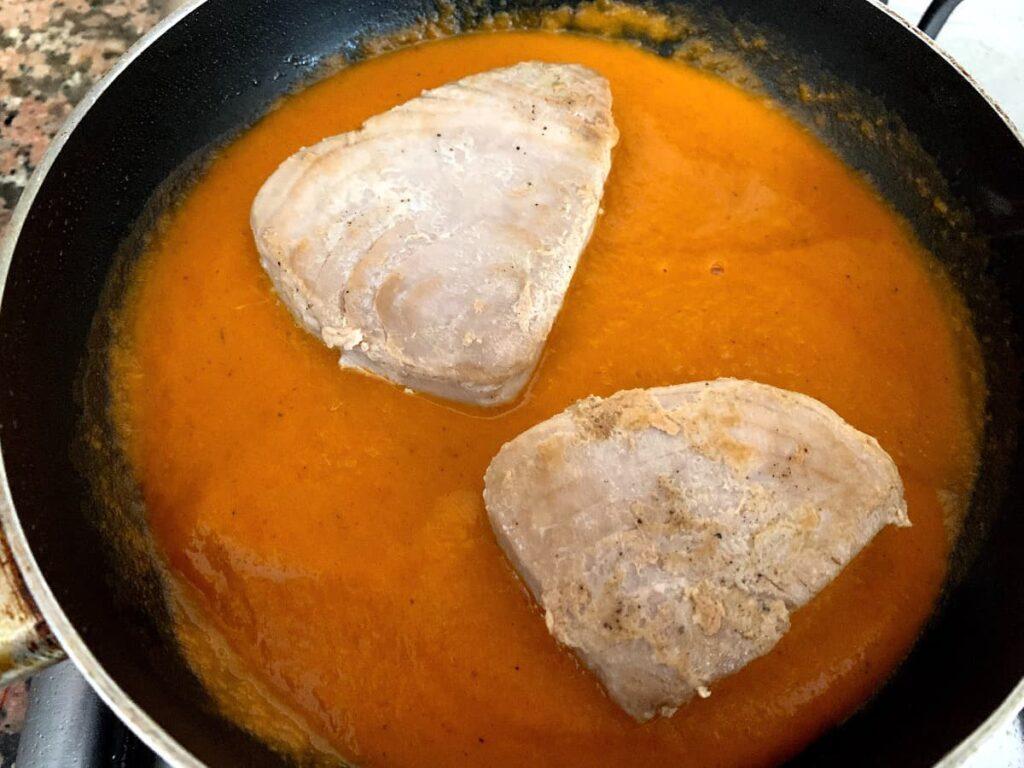 Echar el atún a la salsa