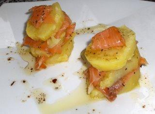 Tapas de patatas y salmon pintxo y tapa - Tapas con salmon ahumado ...