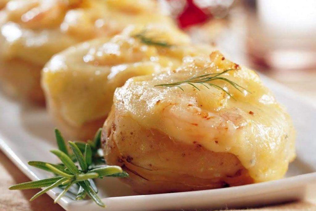 Patatas rellenas de gambas y queso