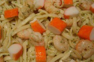 pasta con gambas y palitos de cangrejo
