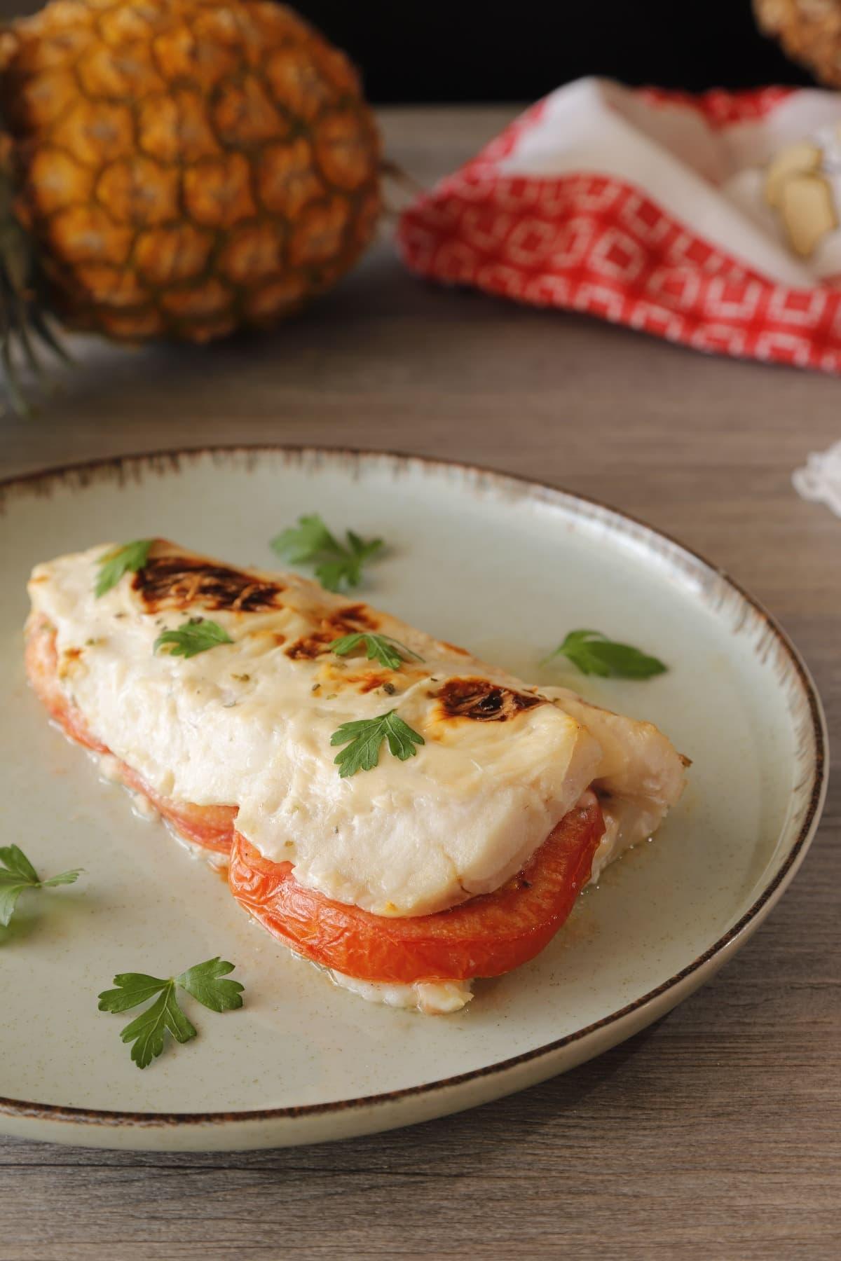 Merluza gratinada con tomate