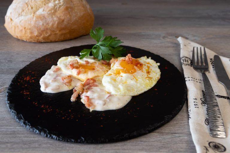 Huevos con nata y beicon