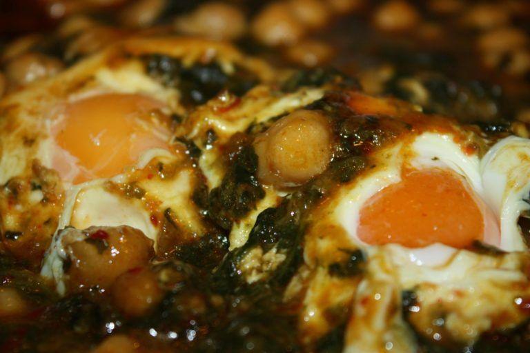 Espinacas con garbanzos y huevos