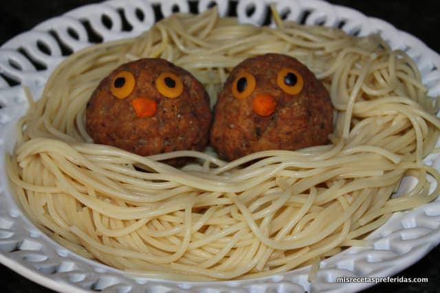 nido de espaguetis con albóndigas.