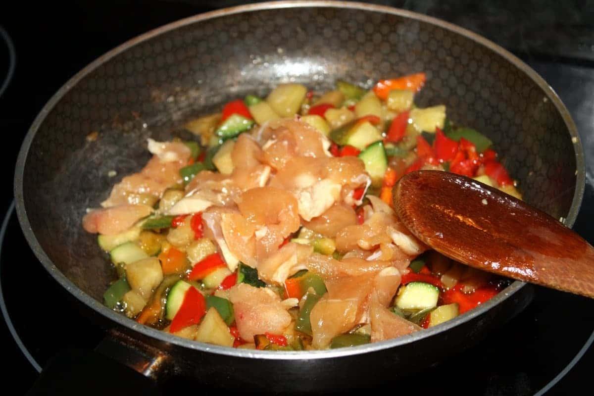 sofreír verduras y pollo