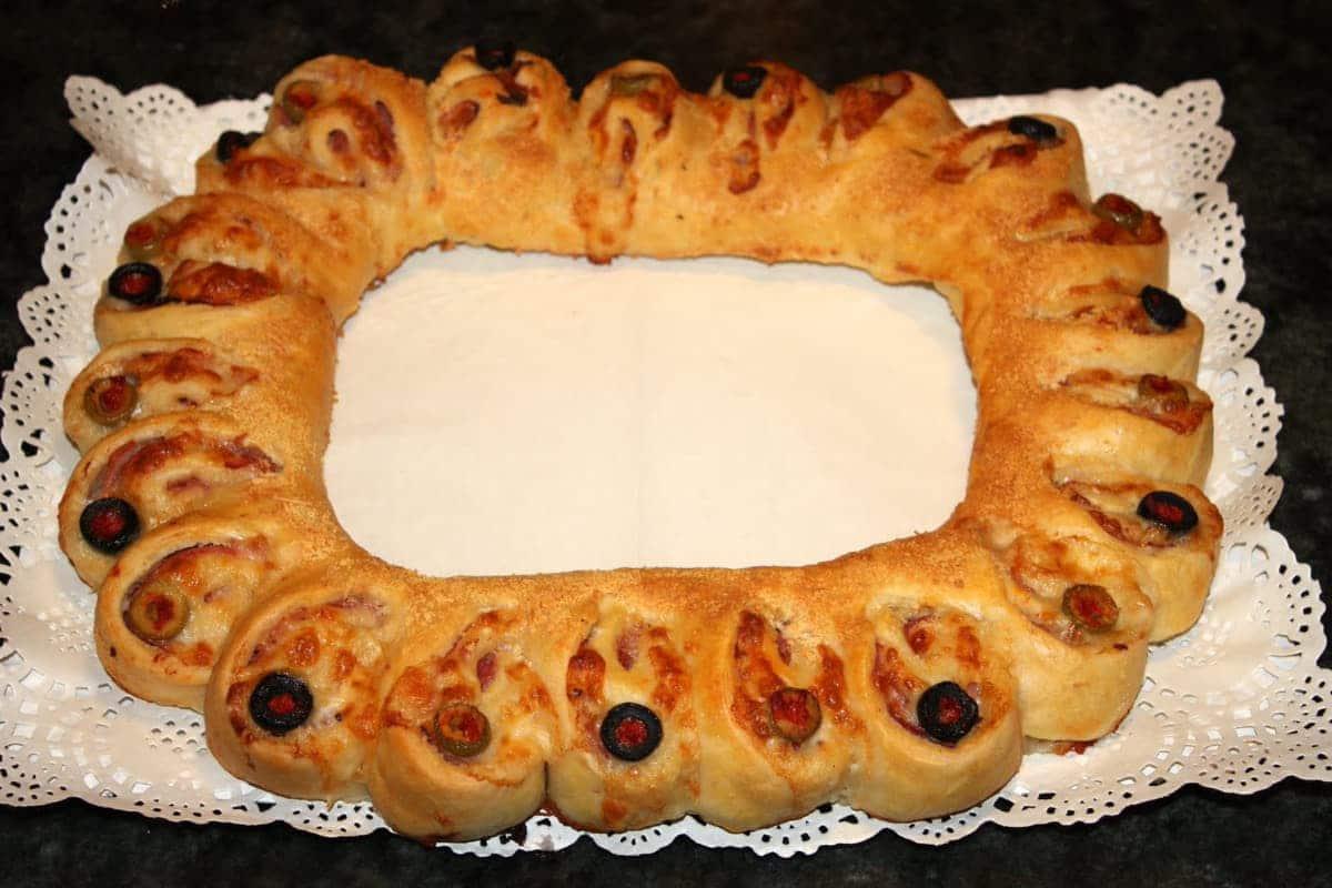 Corona de pan rellena