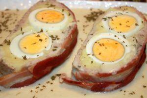 Rollo de carne picada relleno y con salsa de queso