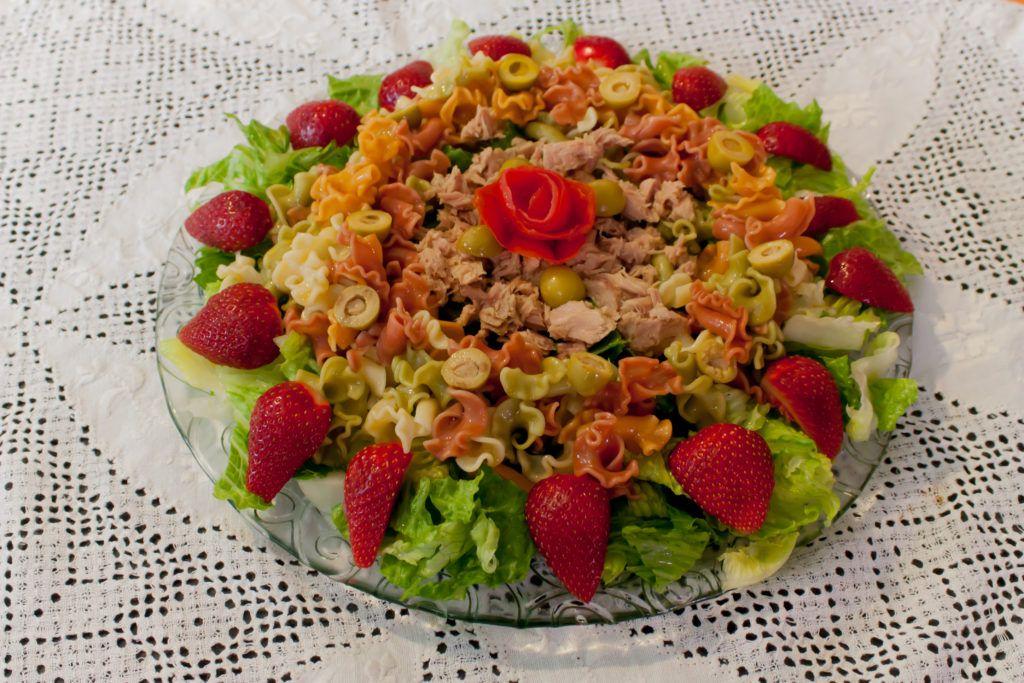 Ensalada de pasta con atún y fresas