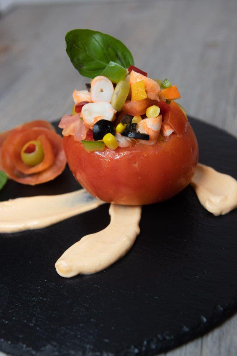 Tomates rellenos con salsa rosa