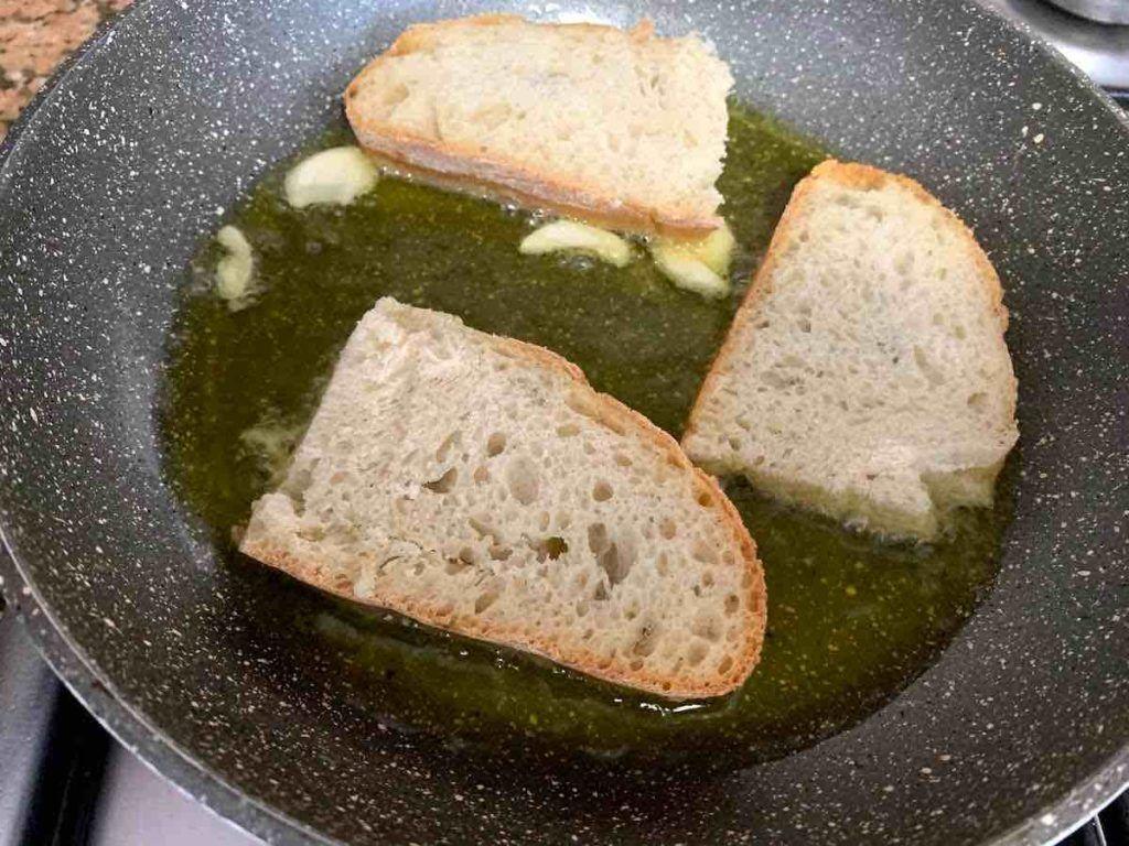 freír ajos pan