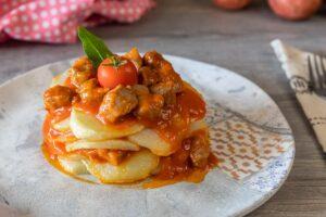 Carne con patatas y tomate