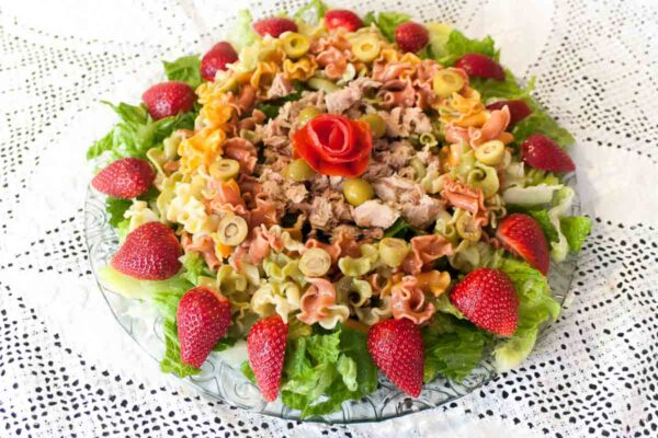 Ensalada con pasta atún y fresas