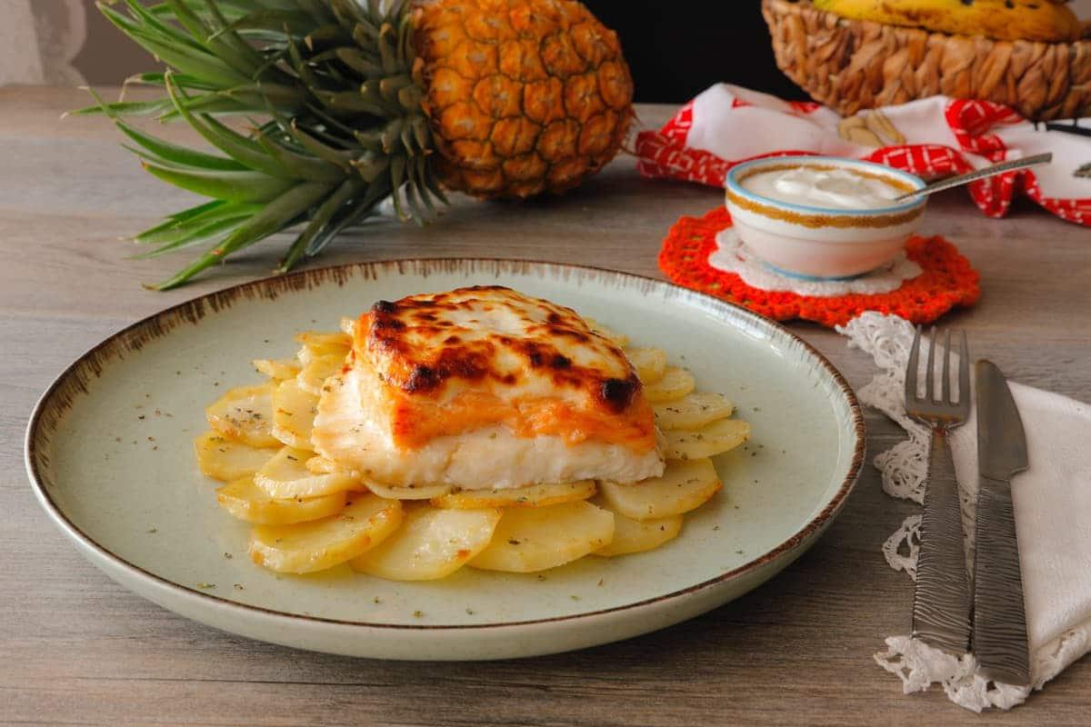 Merluza con salmón y patatas al horno