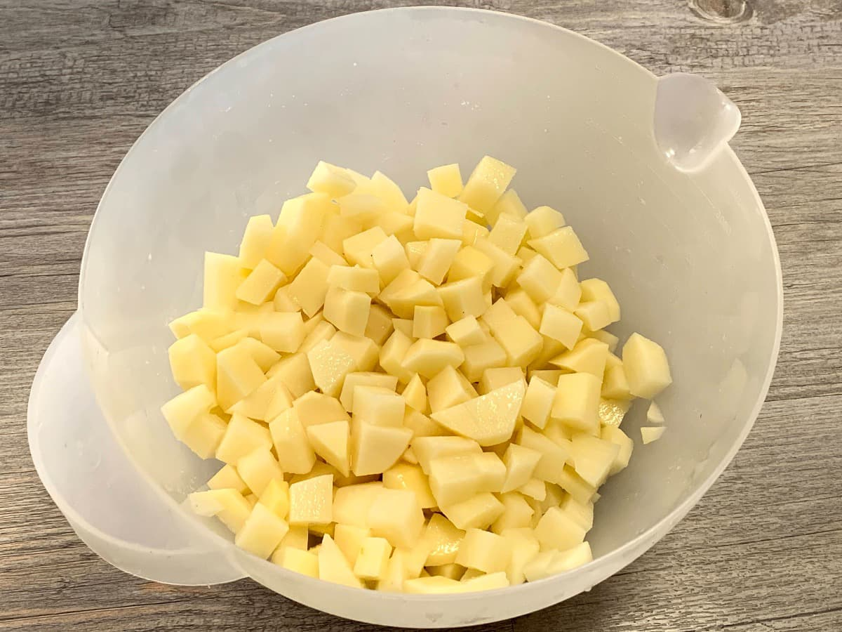 Preparación tortilla de patatas con chorizo