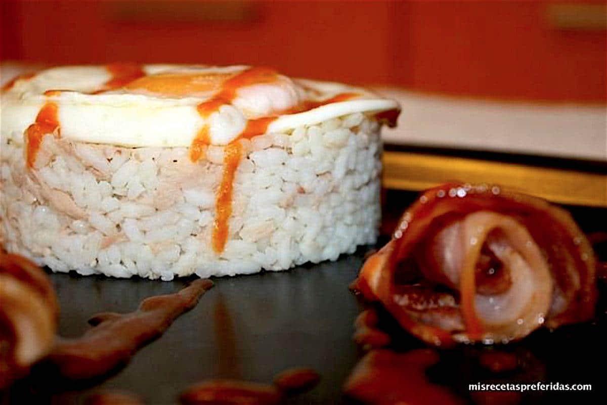 Arroz con huevo atún y beicón