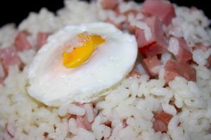 Arroz tres ingredientes y huevo
