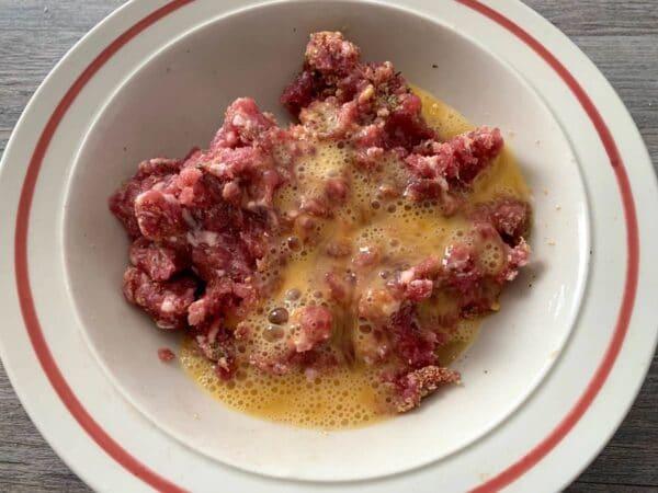 echar el huevo aliños con la carne Pimientos verdes rellenos en salsa