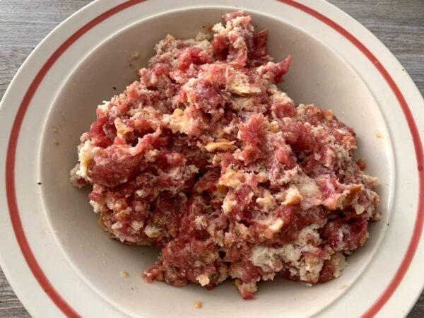 mezclar aliños con la carne Pimientos verdes rellenos en salsa