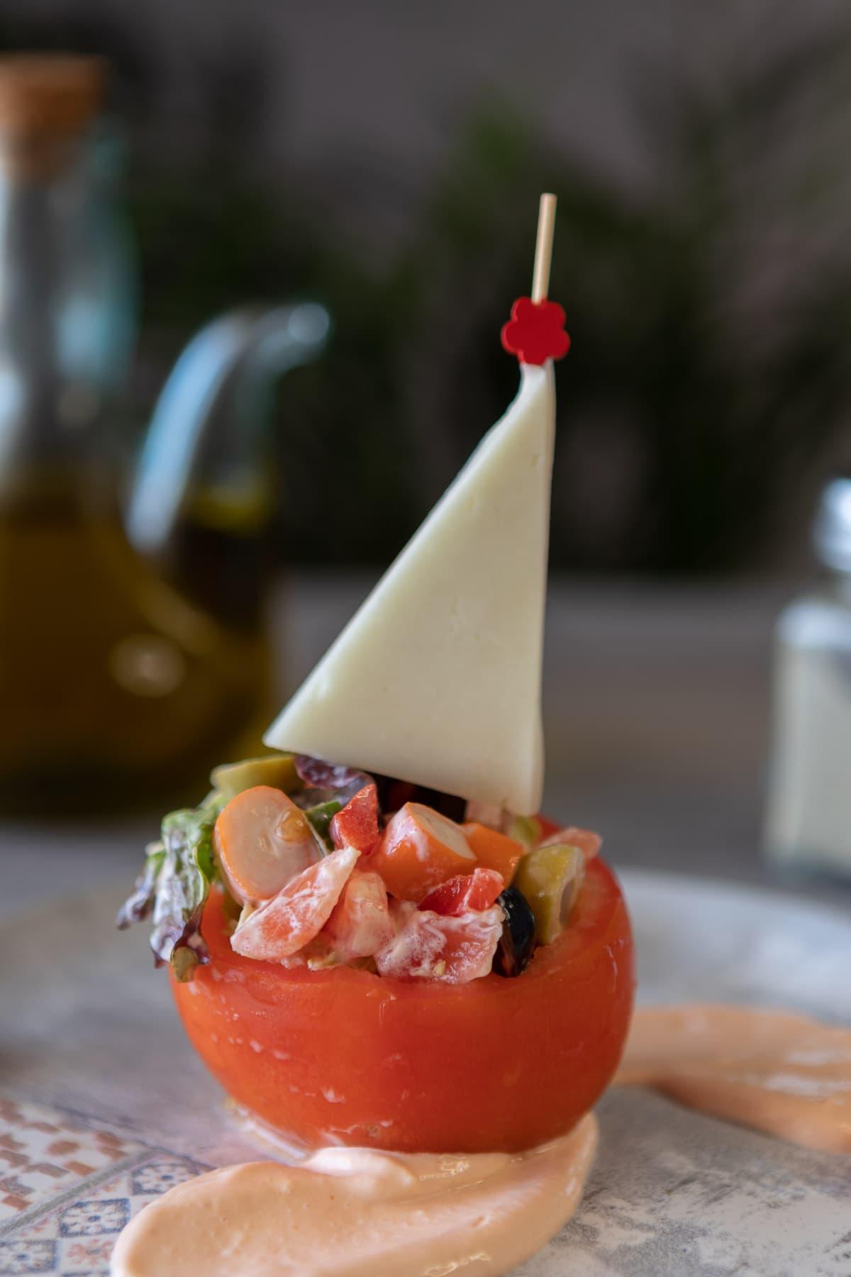 Barquillos rellenos de ensalada y verdurita