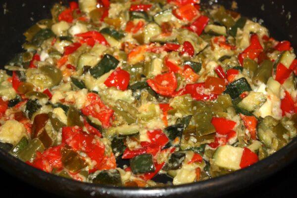 Mezclar la verdura con el queso