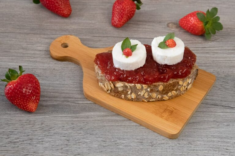 Tostada con mermelada de fresa y queso de cabra