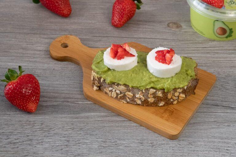 Tostada con Guacamole y rulo de queso de cabra y fresas