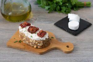 Tostada con queso de cabra y tomate seco