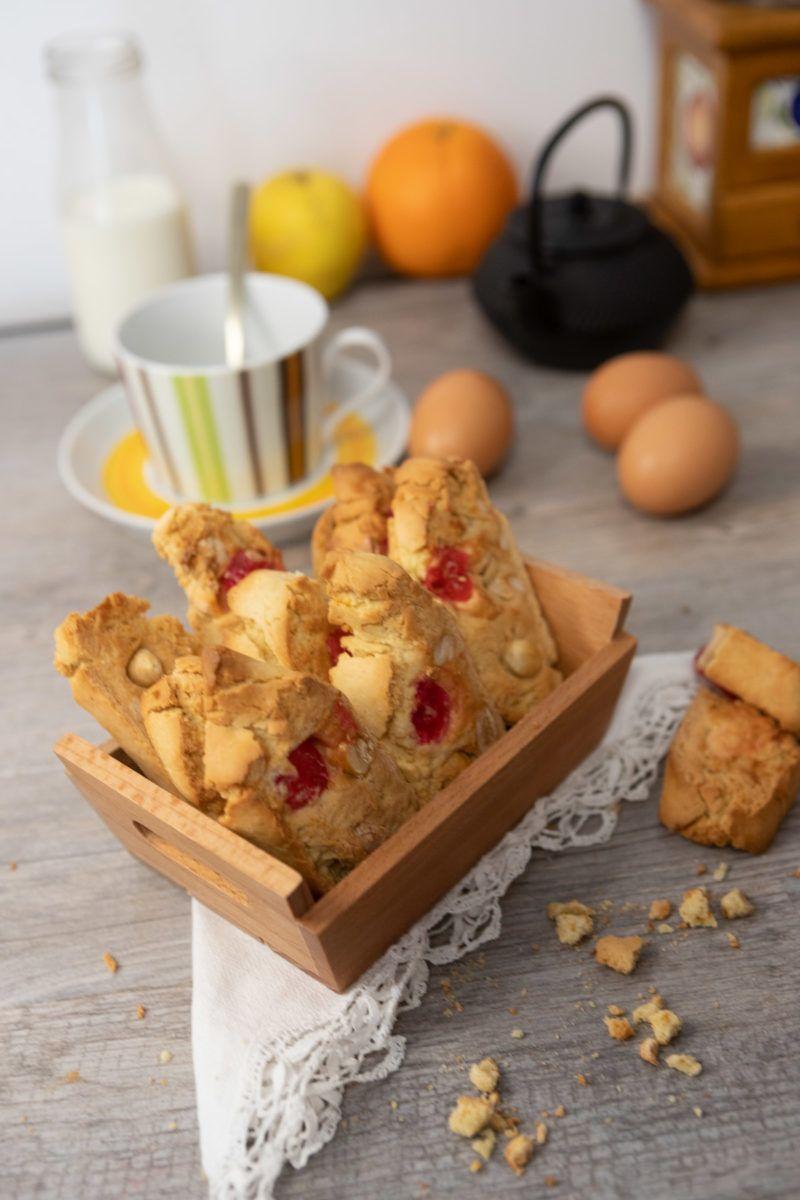 Carquiñolis con frutos secos y cerezas