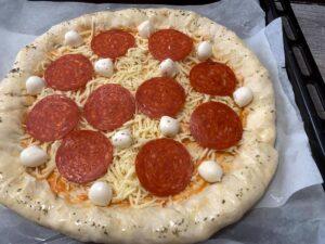 poniendo do el pepperoni PIZZA PEPPERONI CON LOS BORDES RELLENOS