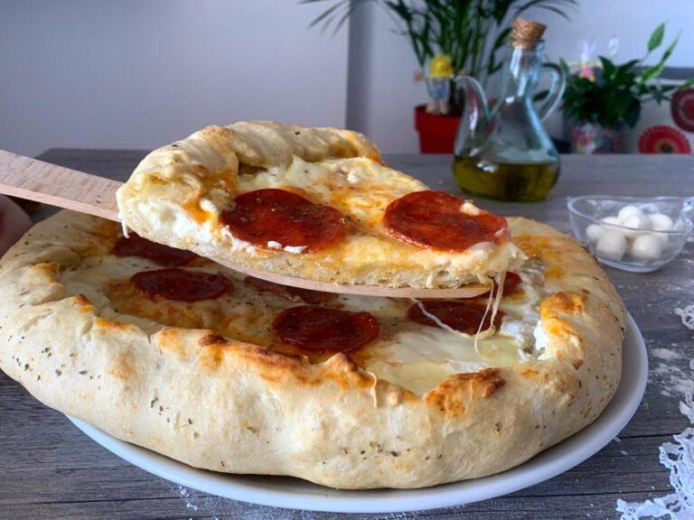 PIZZA PEPPERONI CON LOS BORDES RELLENOS