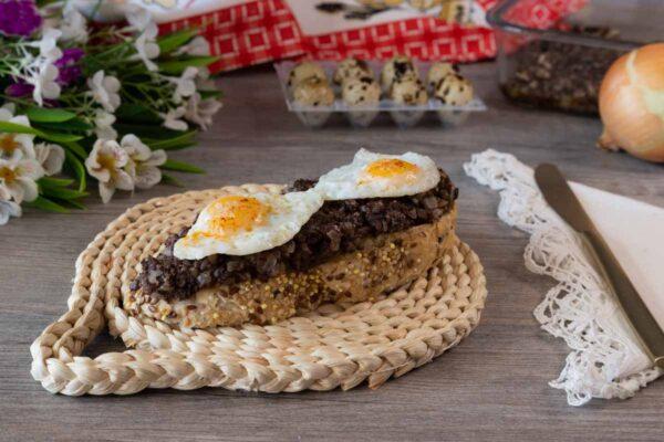 Tostada con paté de morcilla y huevo de codorniz